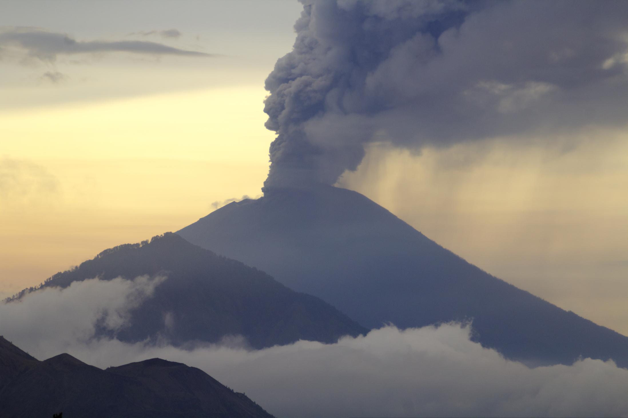 Größter Vulkan Balis schleudert mächtige Rauchsäulen in den Himmel